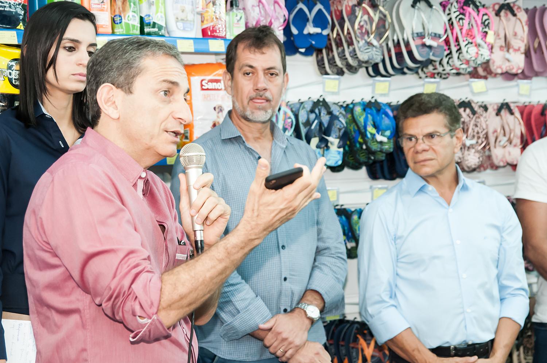 Alexandre Mattar (E), o presidente do poder legislativo leopoldinense Waldair Barbosa Costa e o prefeito José Roberto de Oliveira