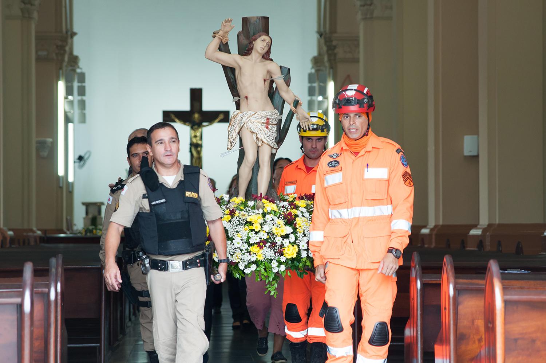 Militares carregando a imagem de São Sebastião
